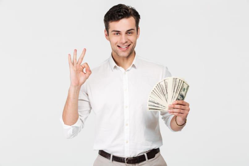 hombre feliz sostiene dinero