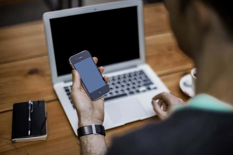 hombre formatea celular zte blade desde la computadora