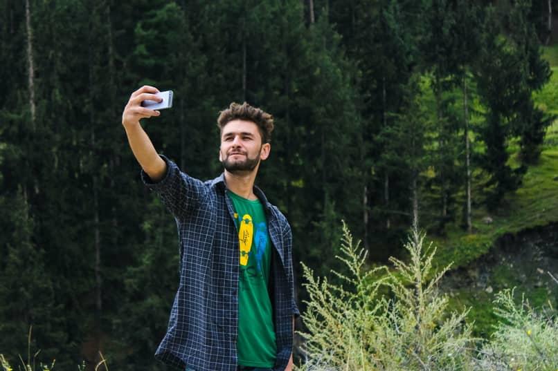 hombre tomandose selfie