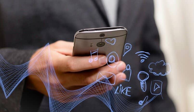 un hombre usando aplicaciones moviles