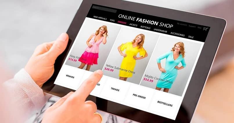 hombre visitando tienda de moda online