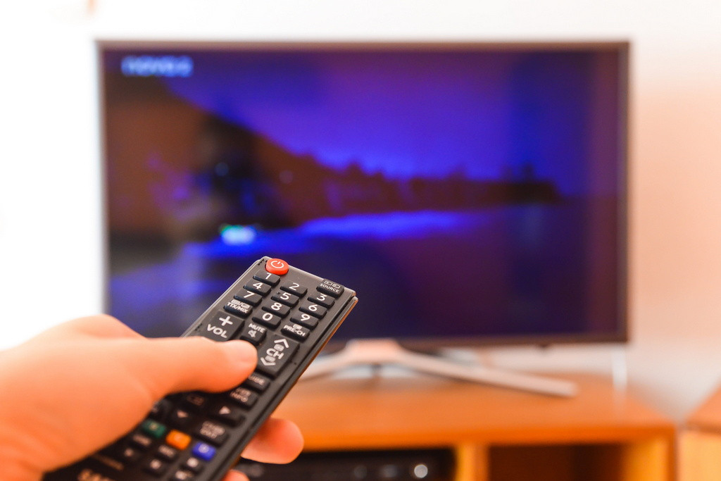 Cómo ver la televisión de manera legal desde mi móvil Android e iOS