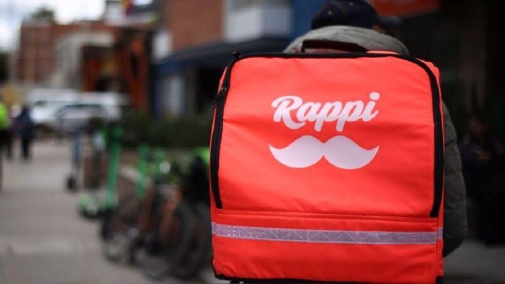 persona con bolso de Rappi