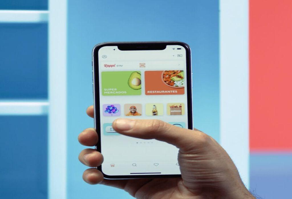 mano con movil y app de rappi