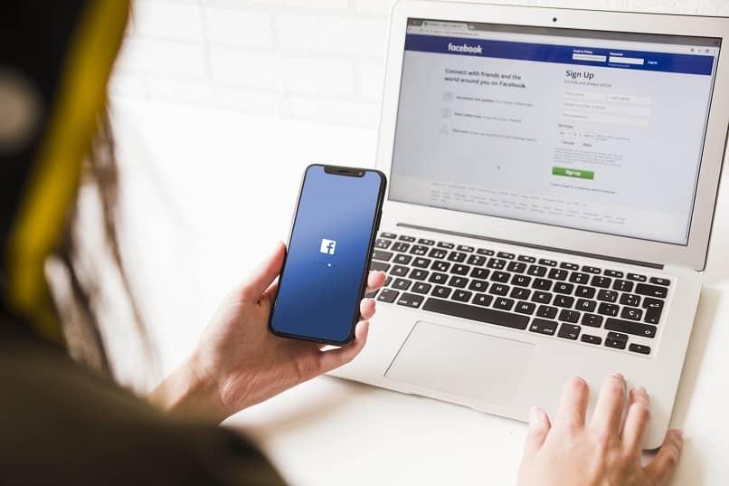 mujer usando facebook desde la pc