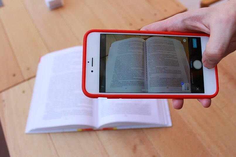 telefono iphone escaneando un libro