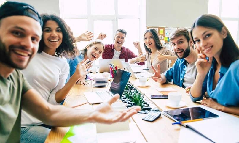 grupo jovenes reunion de trabajo