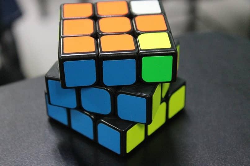 cubo de rubik en movimiento