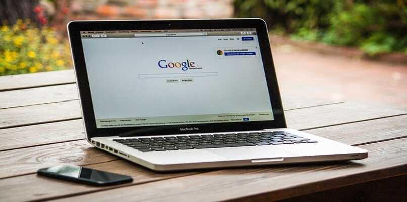 imagen de laptop con google