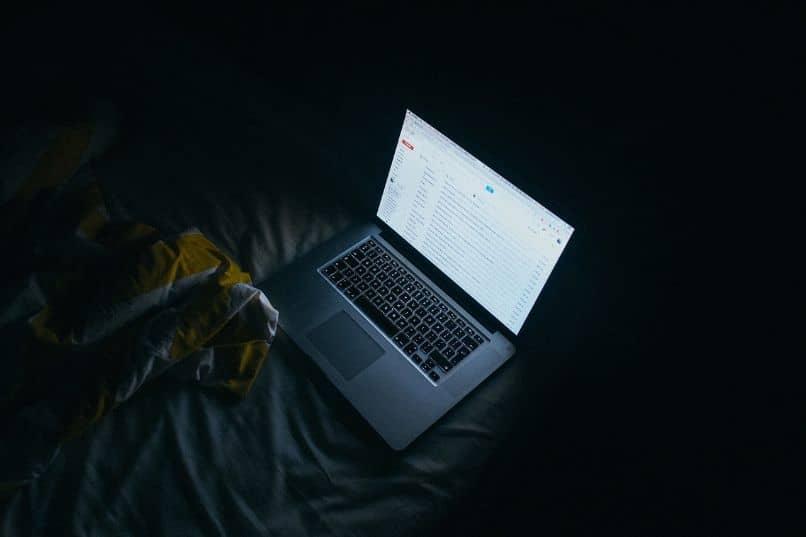 laptop en la oscuridad con gmail