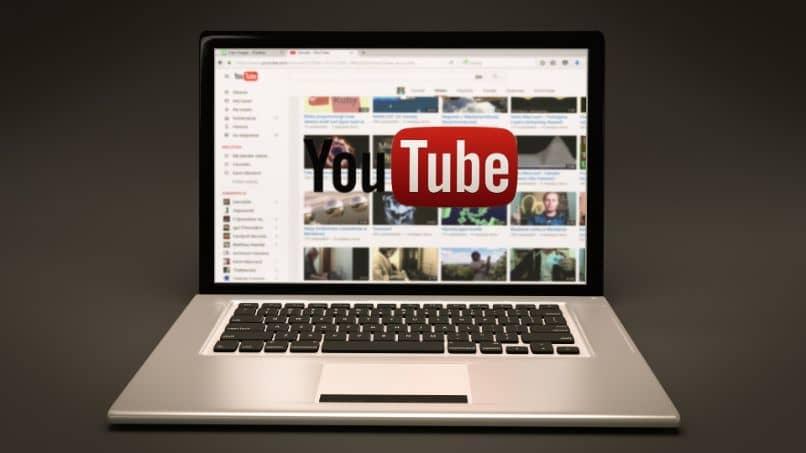 laptop con logo pagina youtube