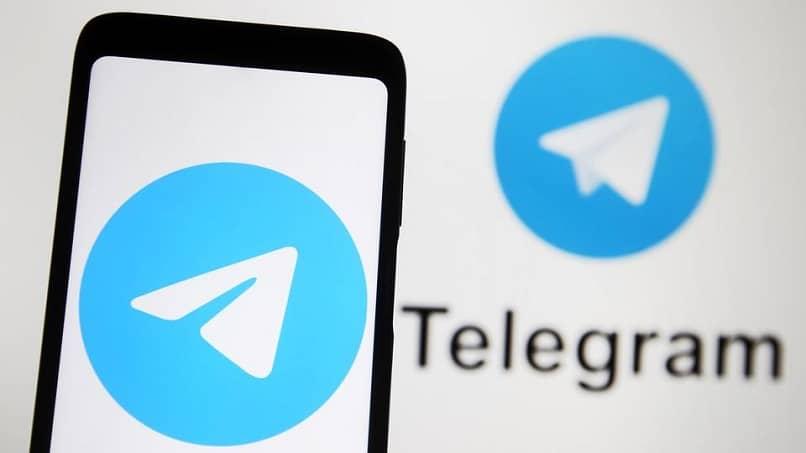 logo de telegram en telefono