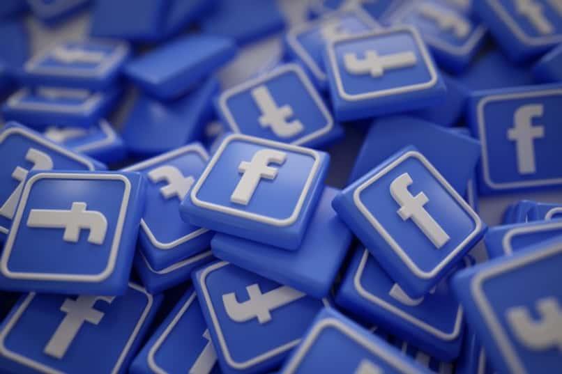muchos logos de facebook acumulados