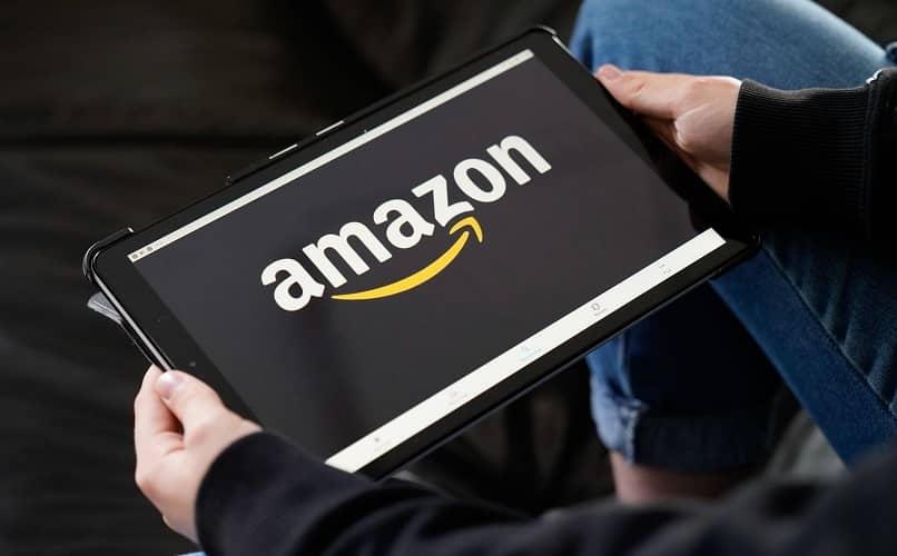 tablet en manos con amazon