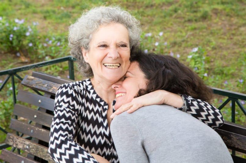 madre mayor con su hija