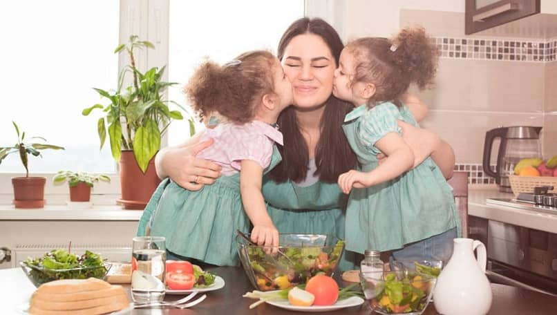 anne iki kızı sarılma