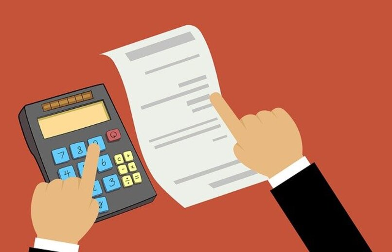 mano con calculadora anotando sobre papel