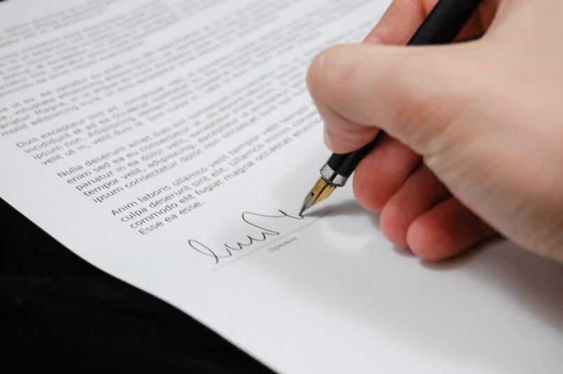 mano firmando un papel empresarial