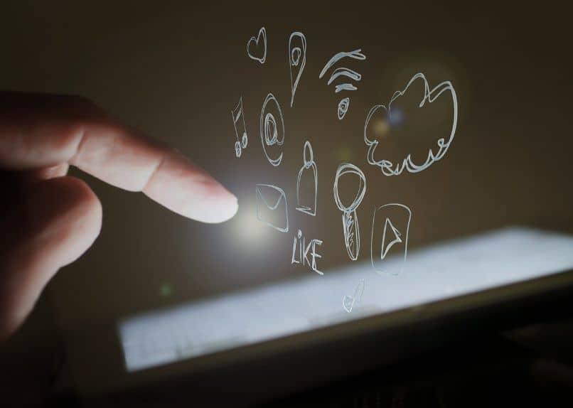mano sobre smartphone con redes sociales
