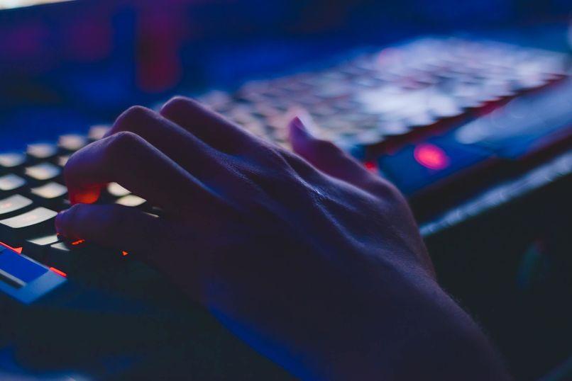 mano en un teclado oscuro