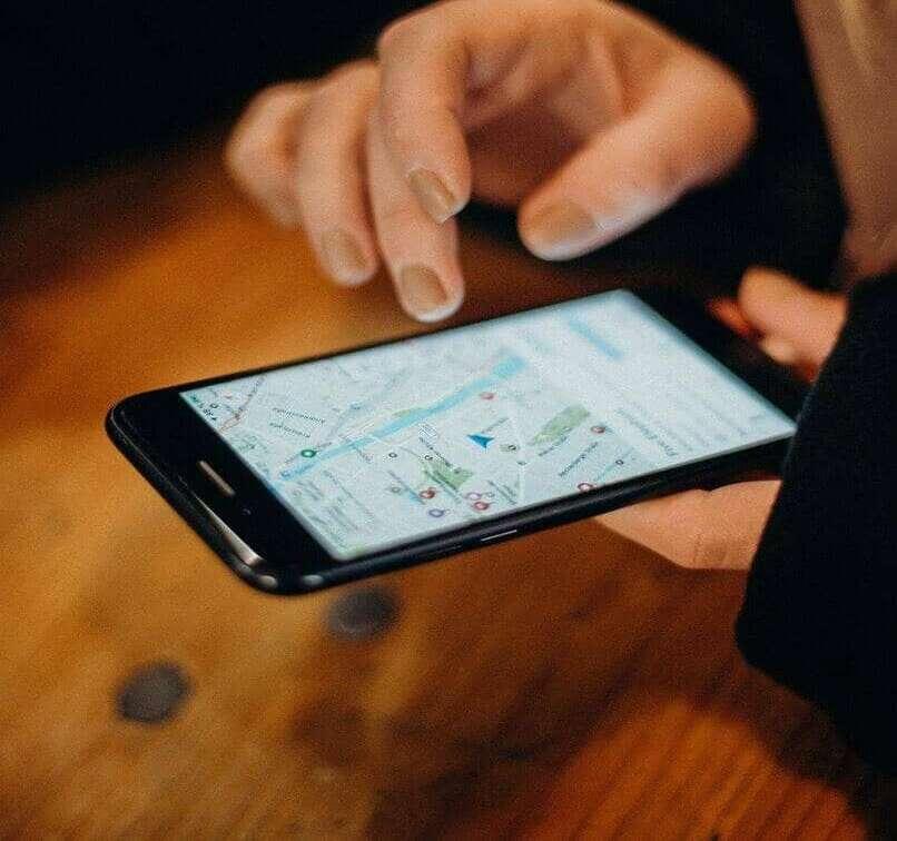 persona usando el google maps