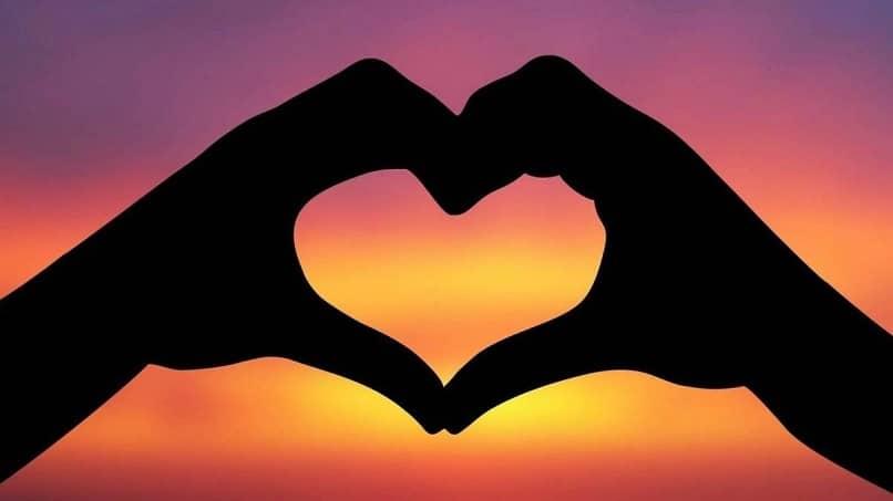 manos juntas formando un corazon