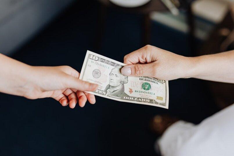 manos recibiendo dinero
