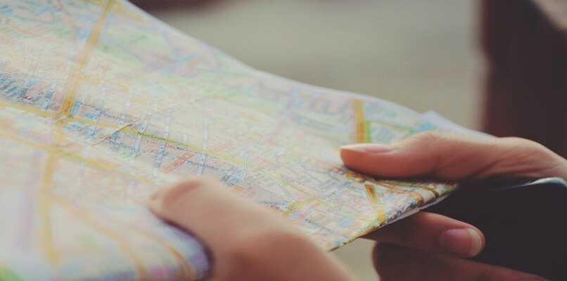 persona utilizando un mapa