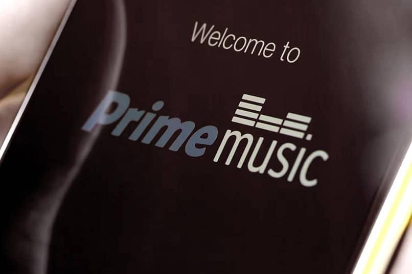 pantalla de movil dando la bienvenida a amazon prime music