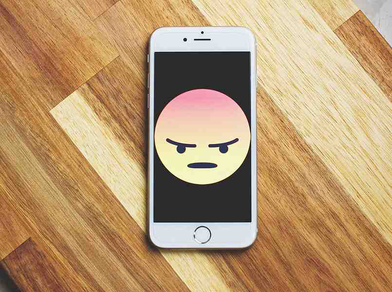 movil con icono de enfado en pantalla