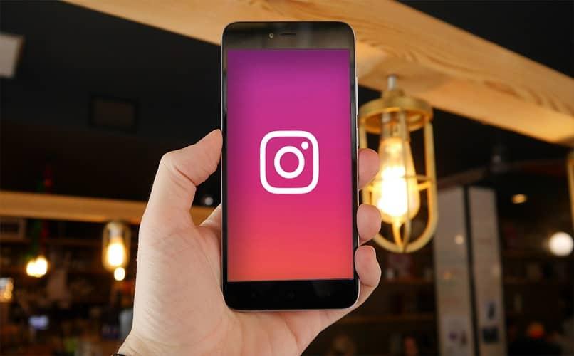 movil en mano con instagram