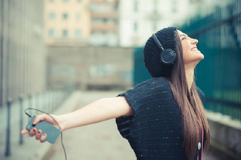 woman listening to music on iTunes