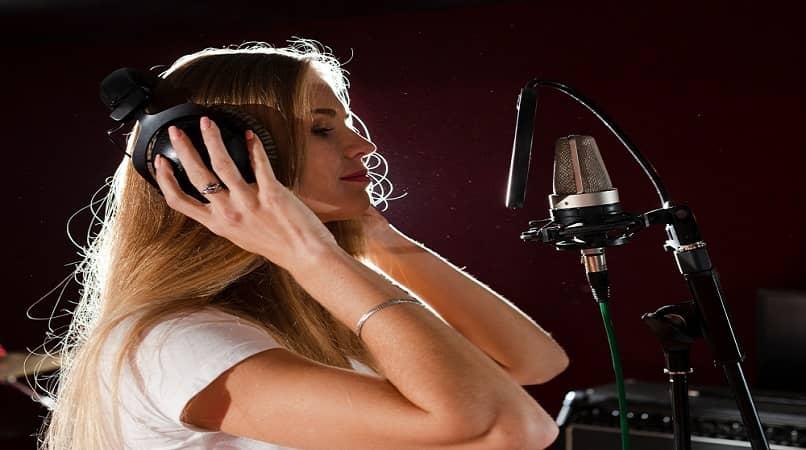 mujer haciendo un grabacion de voz con microfono