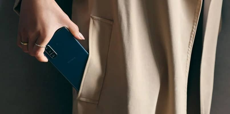 mujer y movil sony xperia