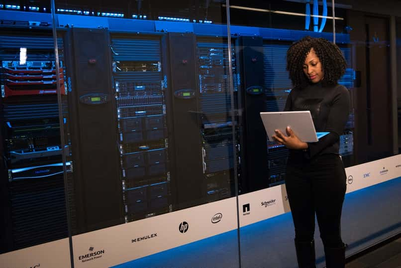 mujer revisando los equipos de computacion de una empresa