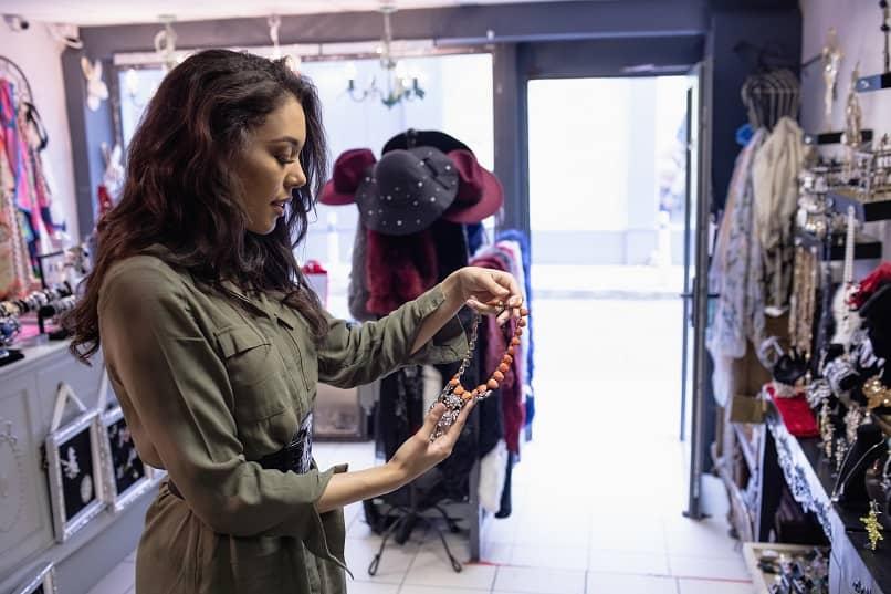 una mujer seleccionando un collar en la joyeria