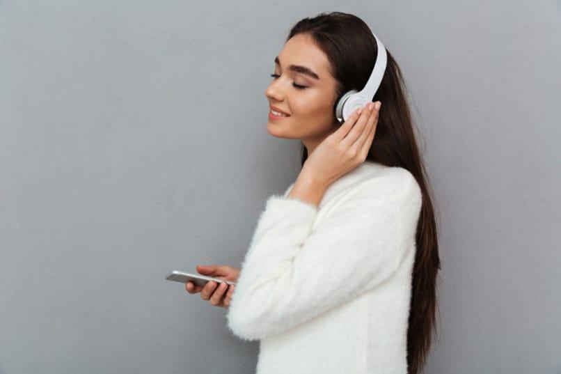 chica con audifonos