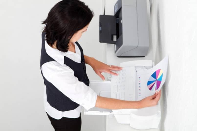 mujer usando el fax para recuperar facturas borradas