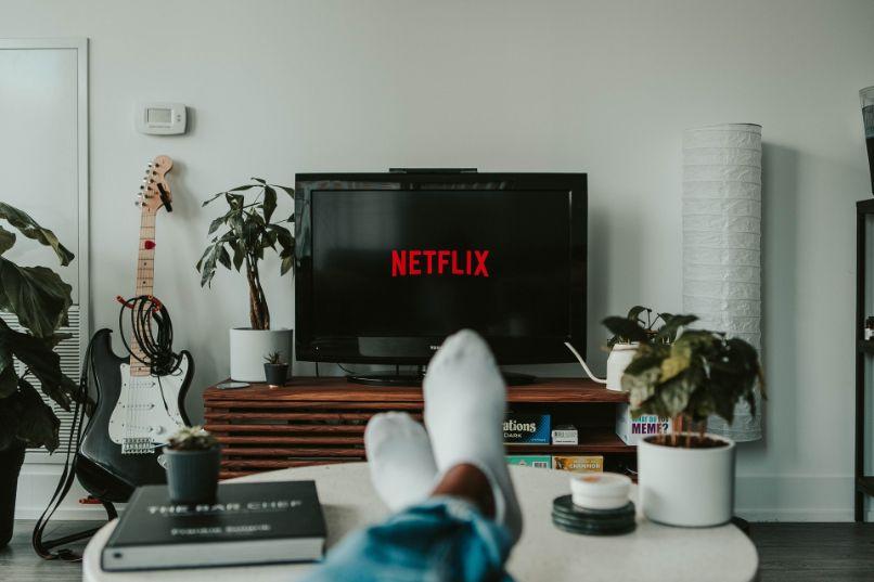 tv con netflix en sala de estar