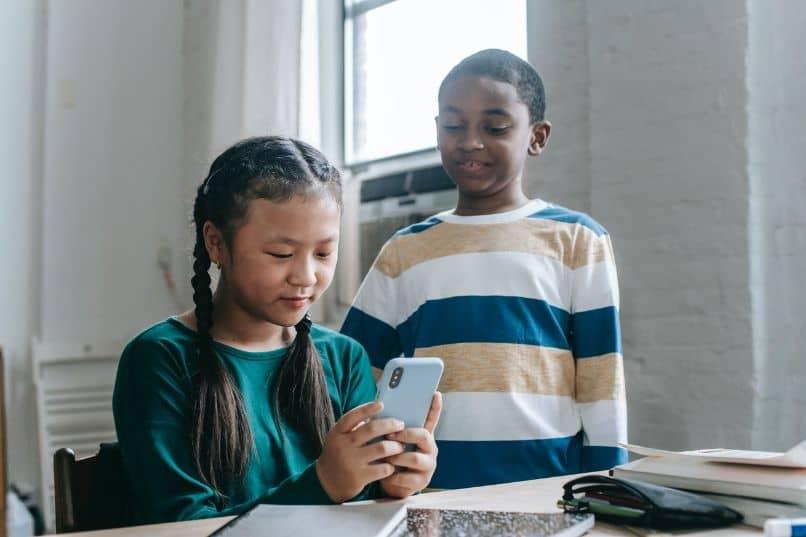 nina y nino utilizando smartphone