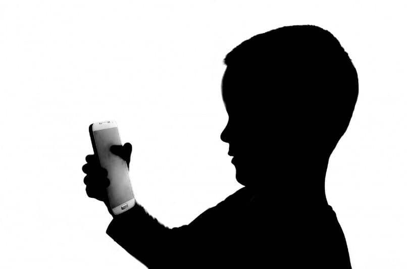 sombra de nino con celular