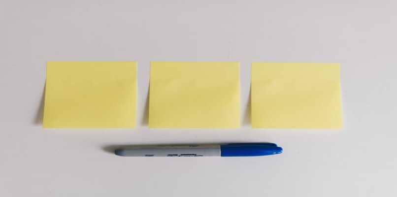 lapicero y trozos de papel