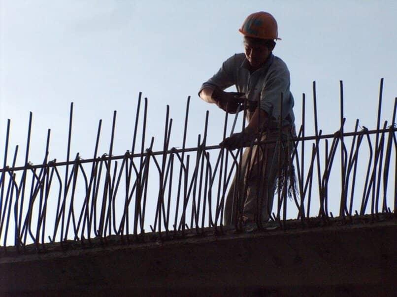 obrero trabajando en una construccion
