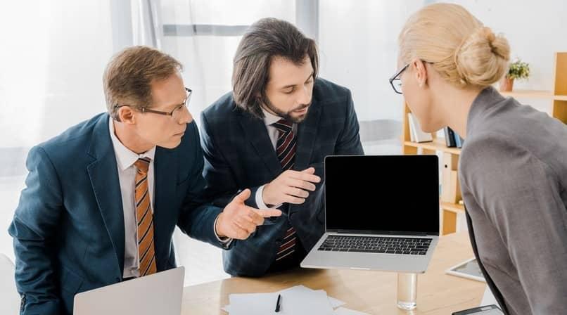 trabajadores hablando