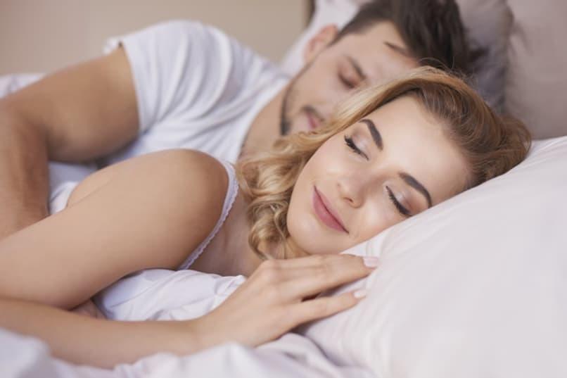 pareja durmiendo tranquilos