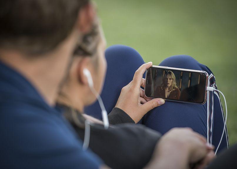 pareja viendo un video