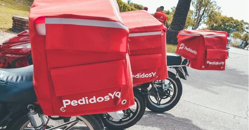 motos que hacen entregas con bolsas rotuladas con el logo depedidos ya