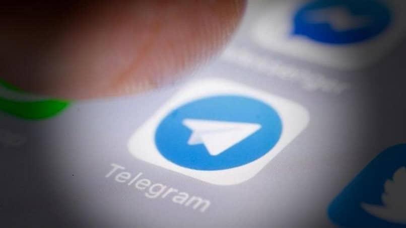 persona ingresando a la app de telegram para cambiar su nombre
