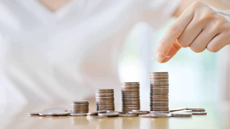 persona mano apilar monedas contar
