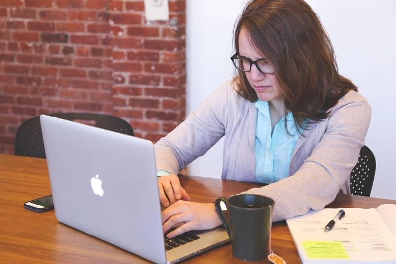 mujer en una laptop